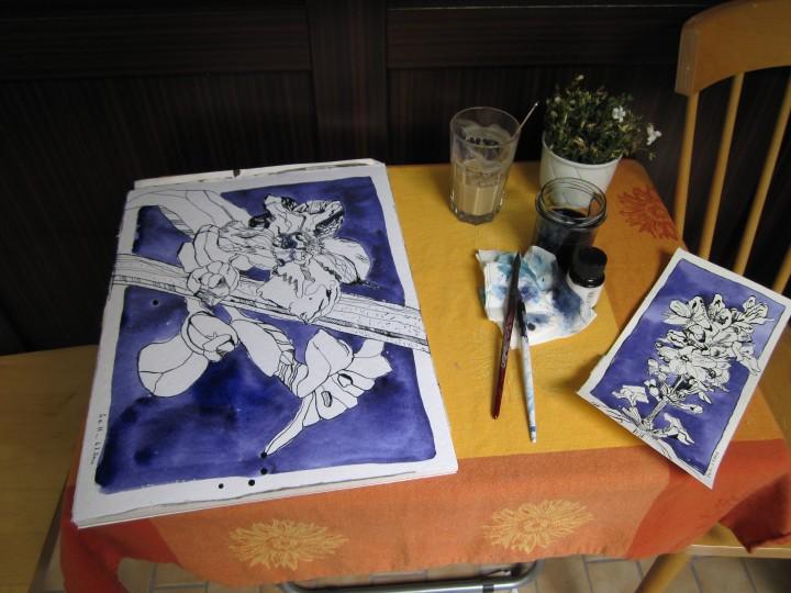 Mein heutiger Arbeitsplatz auf dem Balkon mit Latte Macchiatto und der Zeichnung von gestern - Foto von Susanne Haun