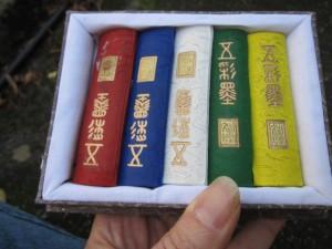 Chinesische Tuschestäbe, die mit Wasser angerieben werden