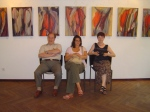 Marie-Claire und Jose Feltin und Nicole Behnsen vor Marie Claires Bilder