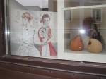 Ich spiegele mich in Ingrids Schaufenster neben mir mein Bild - Foto von Susanne Haun