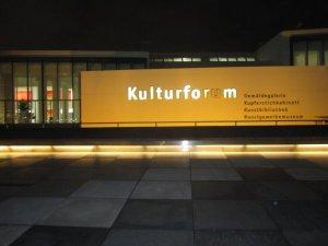 Der Winter naht und um 17 Uhr war es vor dem Kulturforum schon dunkel - Foto von Susanne Haun