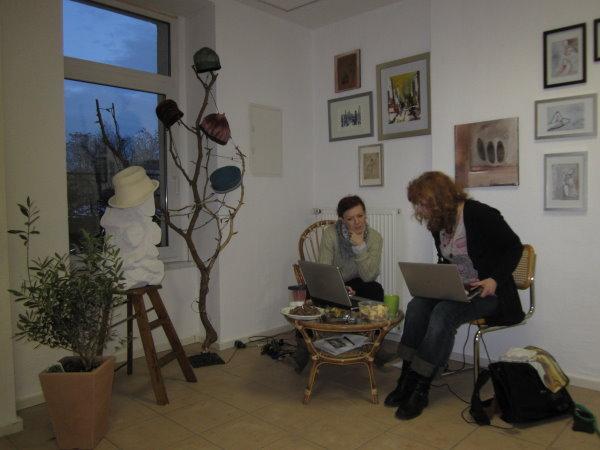 Conny und ich in ihrem Atelier in Buckau beim Homepage - Arbeiten am Rechner - Foto von Daniel Büchner
