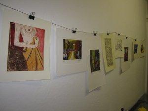 In der Radierwerkstatt hängen eingie unserer fertigen Drucke, vorne ein Akt von Susanne Haun dann Venedig von Andreas Mattern