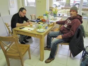 Frank und Andreas an unserem runden, eckigen Tisch - Foto von Susanne Haun