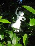 Die Schatten der Blätter formulieren diese einfache Metallsiluette immer wieder neu - Foto von Susanne Haun