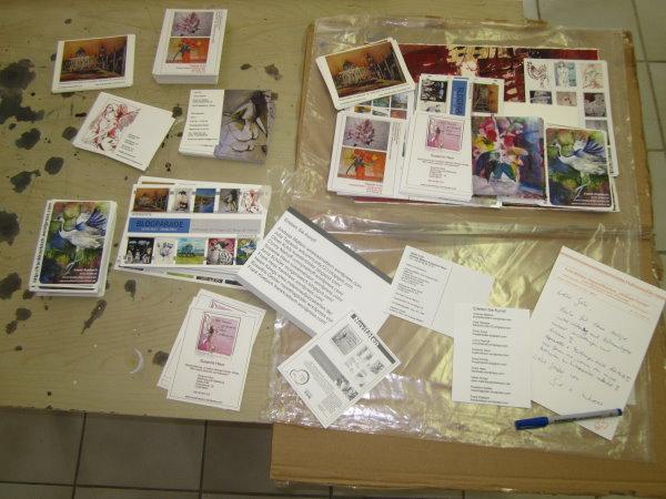 Die Karten der Blogparade werden an die Verteiler verteilt - Foto von Susanne Haun
