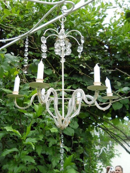 Kronleuchter Im Garten Geben Ein Romantisches Bild Foto Von