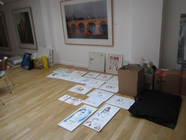 Angelika wählt die Zeichnugnen für die Ausstellung aus - Foto von Susanne Haun