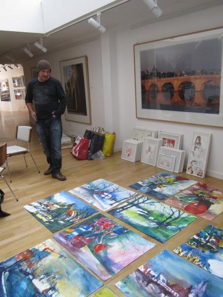 Andreas vor seinen Arbeiten, es ist immer spannend zu sehen, wie die Arbeiten zusammengestellt werden - Foto von Susanne Haun