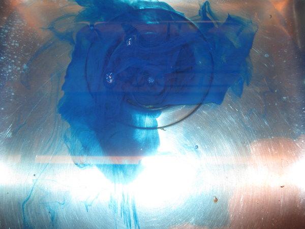 Blaue Tusche im Wasser aufgelöst - Foto von Susanne Haun