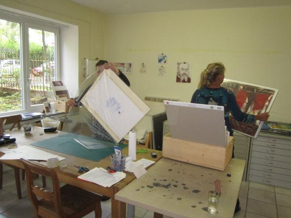 Cordula hilft Martina Mattern im alten Atelier beim Rahmen - Foto von Susanne Haun
