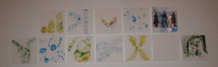 """Hängung der ersten 12 Zeichnungen der Installation """"Entscheidung"""" von Susanne Haun"""