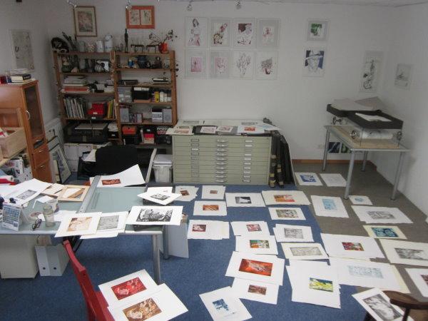 Meine Radierungen ausgebreitet im Atelier - Foto von Susanne Haun