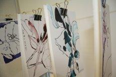 Angeregt vom Karl Foerster Garten überlege ich, wie ich meine Blumen Zeichnungen mal anders präsentieren kann - Foto von Susanne Haun