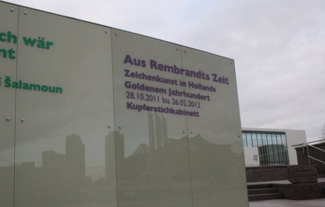 Die Spiegelung des Potsdamer Platzes in der Ausstellungsankündigung - Foto von Susanne Haun