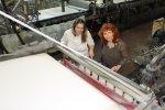 27 Susanne Haun und Cordula Kerlikowski schauen sich die Papiermasse an (c) Foto von Bettina Scheerbarth