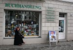 Susanne Haun und die Sternzeichen in Prenzelberg vor dem Buchladen Schmidt (c) Foto von Daniel Büchner