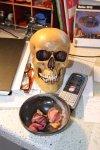 Totenkopf mit Telefon und Orchideen (c) Foto von Susanne Haun
