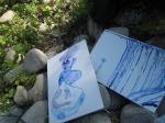 Ich nehme das Blau vom Wasserfall auf (c) Foto von Susanne Haun