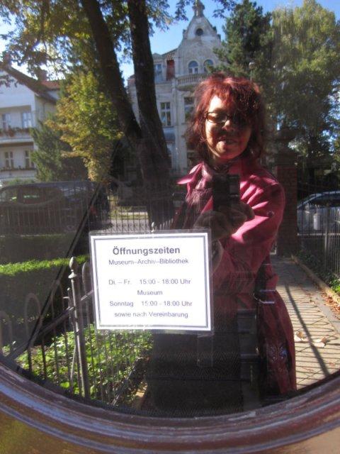 Ich in der Eingangstür mit den Öffnungszeiten des Museums (c) Foto von Susanne Haun