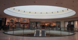Ein kreisrunder Einschnitt in der Decke des Einkaufszentrums (c) Foto von Susanne Haun