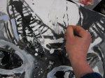 Die Dämonenhaare zeichne ich mit einer Stenografie Feder auf die Leinwand (c) Susanne Haun