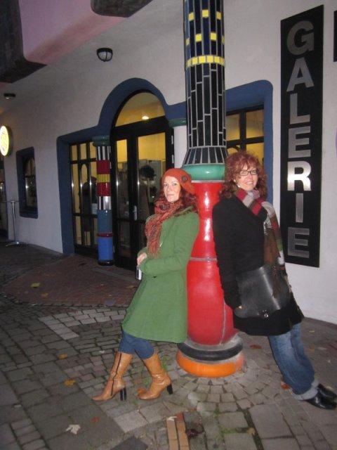 Conny Niehoff und Susanne Haun vor dem Hundertwasserhaus (c) Foto von A.Haun