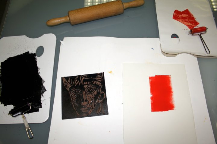 Ich walze einen roten Streifen auf das Papier (c) Foto von Susanne Haun