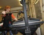 Die Bedienung der Handpresse erfordert Kraft (c) Selbstfoto von Susanne Haun