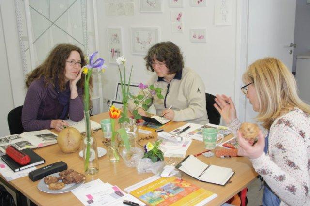 Peggy, Bine und Ingrid sind sehr fleissig am schauen und zeichnen (c) Foto von Susanne Haun