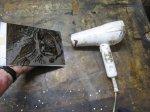 Trocknen des Abdecklacks für die zweite Ätzstufe (c) Foto von Susanne Haun