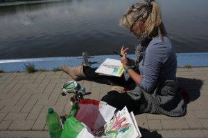 Carola malt ein Boot auf dem trockenen (c) Foto von Susanne Haun