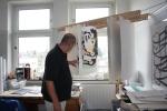 Jürgen arbeitet seit 1 Woche an seinen Holzschnitt (c) Foto von Susanne Haun