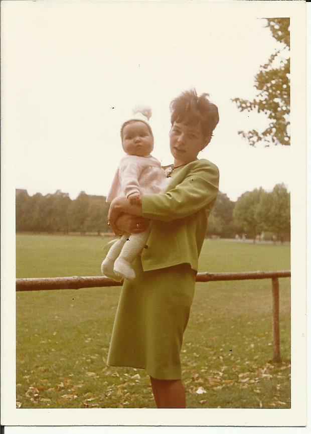 Susanne Haun mit Mama im Schillerpark 1966 (c) Foto von Günter Zeidler