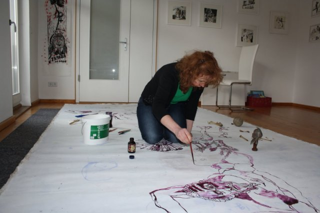 Anstelle des Schweinehinterteils entsteht der Puppenkopf (c) Zeichnung auf Leinwand von Susanne Haun