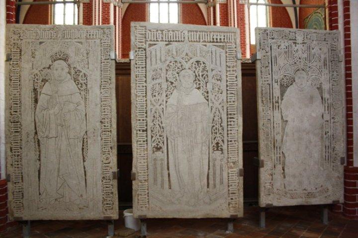 Grabplatten von drei Abten (c) Foto von Susanne Haun