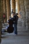 Musiker in den Säulengängen im Park Güell (c) Foto von M.Fanke