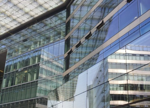 Spiegelungen in Berlin Kranzlereck am Kurfürstendamm (c) Foto von Susanne Haun  (1)