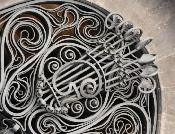 Detail der Schmiedearbeit im Eingangsbereich des Palau Güell (c) Foto von Susanne Haun