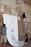 Um die große Leinwand zu hängen, bedarf es zweier starker Männer (c) Susanne Haun (6)