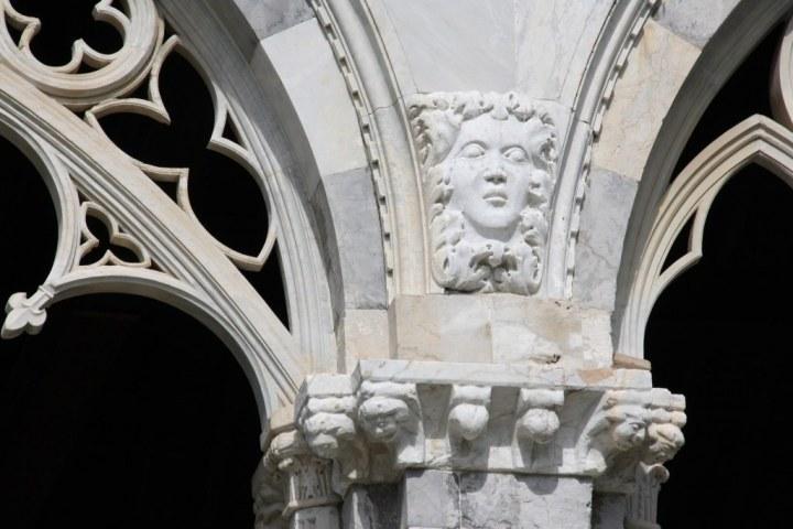 Detail der gotischen Bögen des Camposanto auf dem Campo dei Miraloli (c) Foto von Susanne Haun