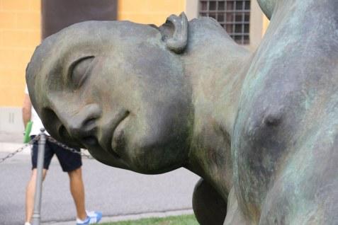 Der gefallene Ikarus, moderne Skulptur in Pisa auf dem Piazza auf dem Campo dei Miracoli (c) Foto von Susanne Haun