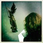 Susanne zeichnet Engel (c) Foto von Jürgen Küster