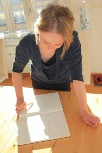 Kuratorin Nina Alice Schuchardt überlegt, wie wir meine Arbeiten hängen werden (c) Foto von Susanne Haun