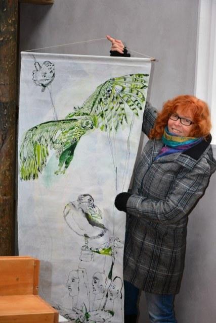 Susanne Haun entscheidet, dass die Leinwand noch nicht fertig ist (c) Foto von M.Fanke