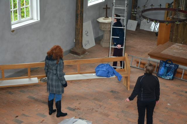 Hängen der Ausstellung in Rodahn (c) Foto von M.Fanke