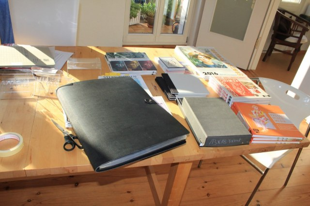 Verpacken der Exponate für die Ausstellung Roddahn (c) Foto von Susanne Haun