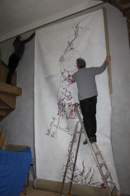Das Abhängen des großen Bildes ist nicht einfach (c) Foto von Susanne Haun