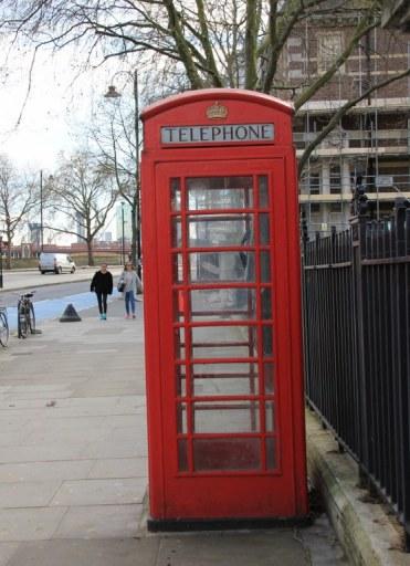 Telefonieren vor der London Tate Gallery (c) Foto von Susanne Haun