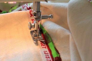 Es ist nicht einfach, die Textilien auf die Leinwand zu nähen (c) Foto von Susanne Haun